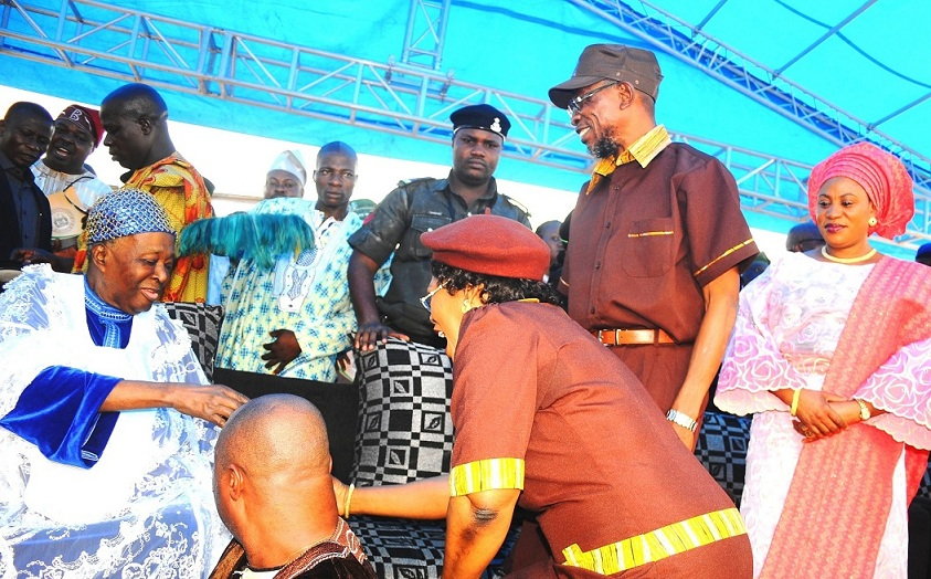 The Ooni of Ife, Oba Okunade Sijuwade (left), exchanging pleasantries with deputy Governor, Mrs Titi Laoye-Tomori. With them are Governor Rauf Aregbesola; his wife, Sherifat and others, during the official commissioning of Baptist Central Elementary School in Ilare, Ile-Ife, the State of Osun on Tuesday 18-02-2014