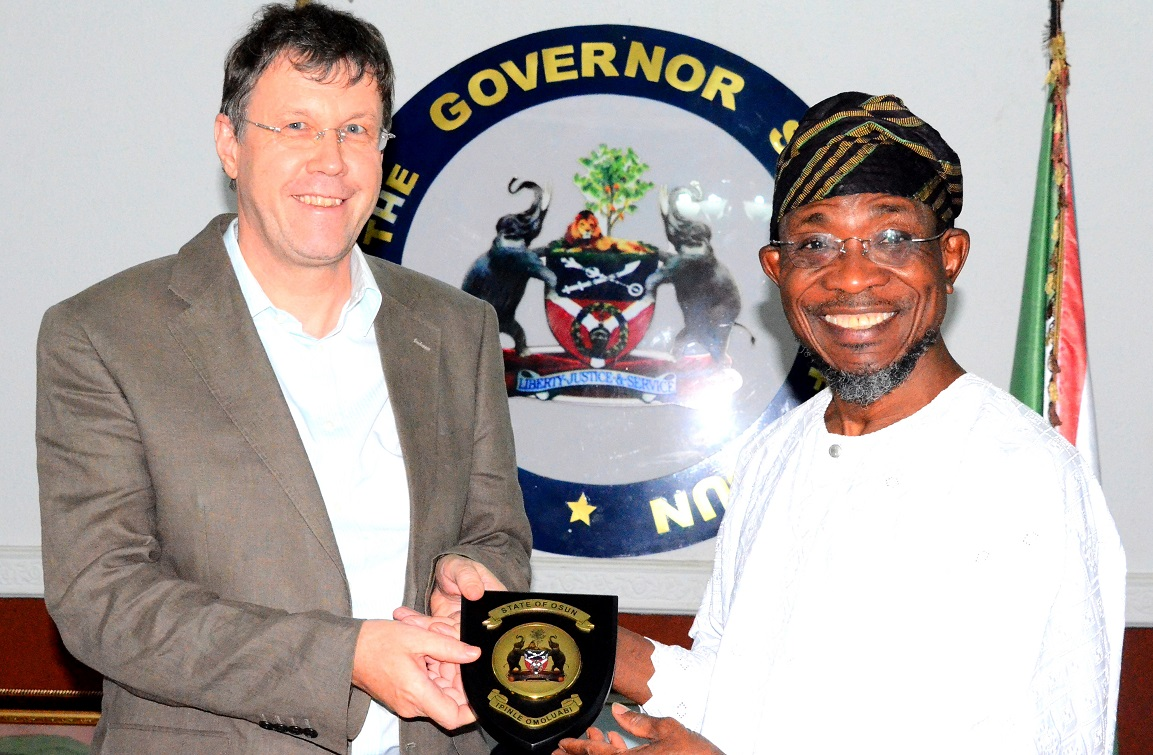 Governor State of Osun, Ogbeni Rauf Aregbesola presenting the State Emblem to the Leader, Swiss Embassy Delegation, Dr. Daniel Caregn, during a courtesy visit to the Governor, at Government House, Osogbo, last Friday