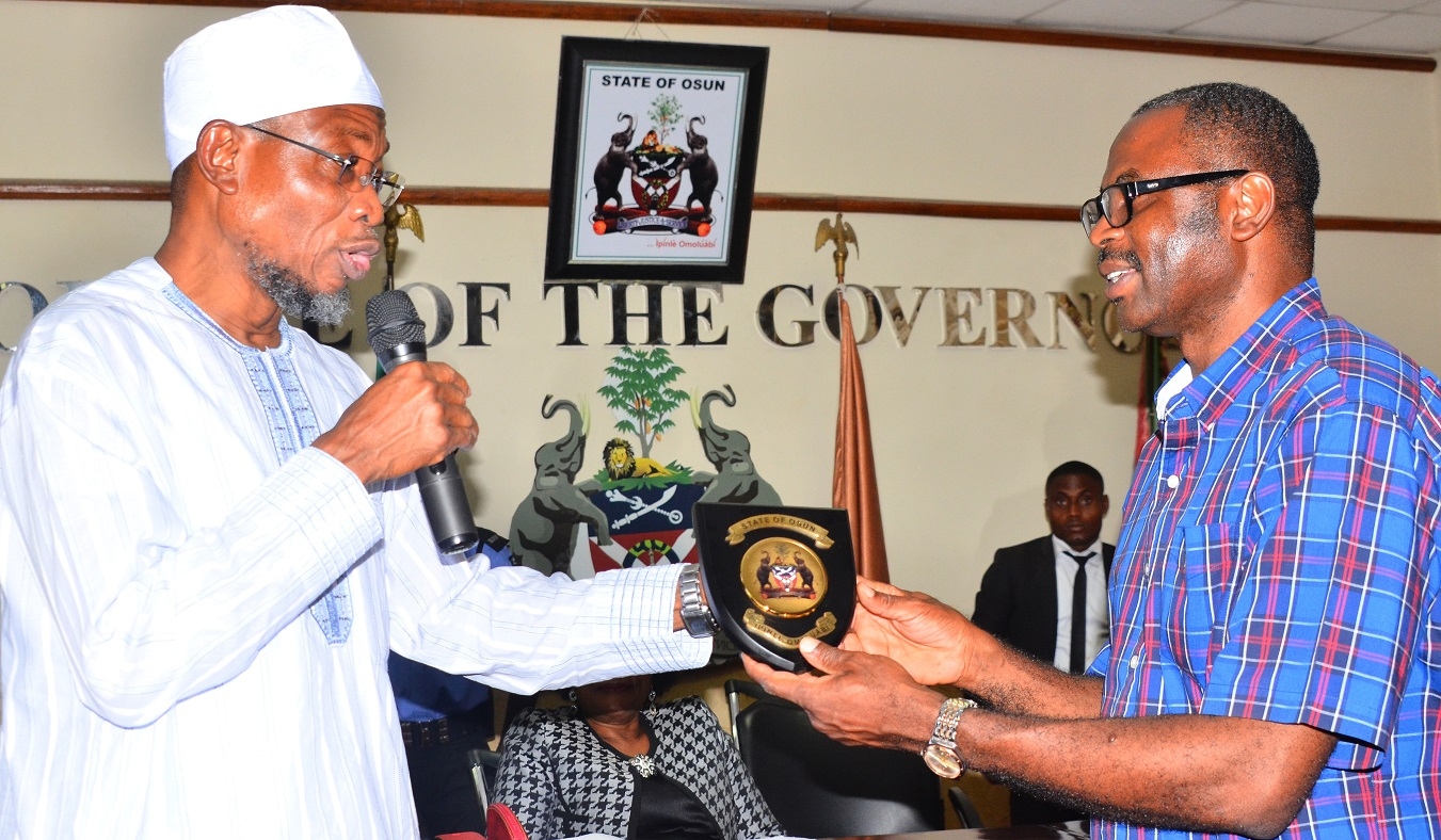 Governor State of Osun, Ogbeni Rauf Aregbesola, presenting the State Emblem to the World Bank Team Leader, Engr. Olatunji Hammed, during a courtesy visit to the Governor, State of Osun, at Governor's office, Abere, Osogbo on Wednesday 11/11/2015.