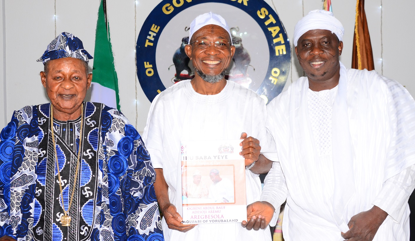 Governor State of Osun, Ogbeni Rauf Aregbesola (middle), the Alaafin of Oyo, Oba Lamidi Olayiwola Adeyemi (left) and Imam Daud imran Tijani, after an Award of Omoluabi of Yorubaland to Governor Aregbseola by the Alaafia of Oyo, at Government House, Osogbo, on Tuesday 05/1/2016.