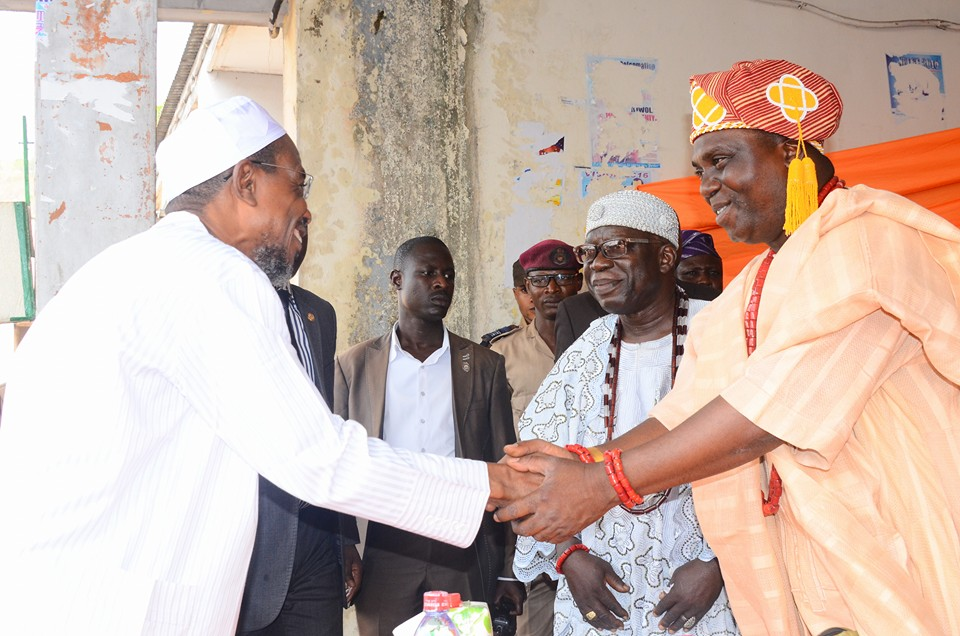 Ogbeni Rauf Aregbesola shakes hands with the Oba of Iragbiji